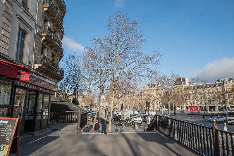 """Vu vers la place. Entre les deux immeubles à gauche, la """"couture"""" entre le boulevard et la place haussmannienne"""