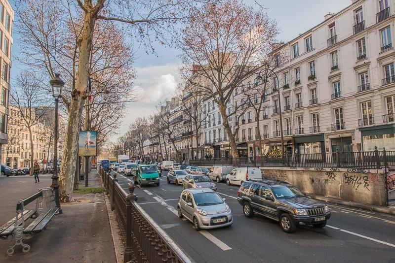 En dépit de ce coup de rabot, le niveau du boulevard reste plus haut que celui de la place vers laquelle il descend en pente douce.