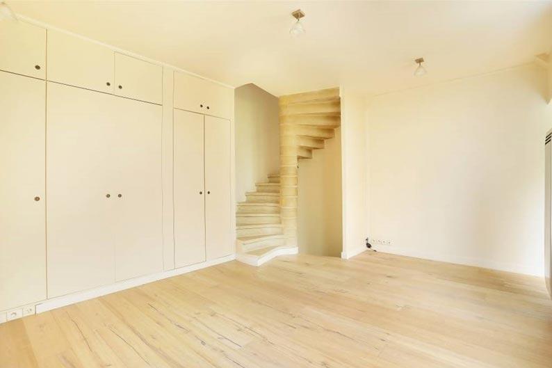 Escalier permettant d'accéder au sous-sol du pavillon à la Villa Meyer ©feau-immobilier.fr