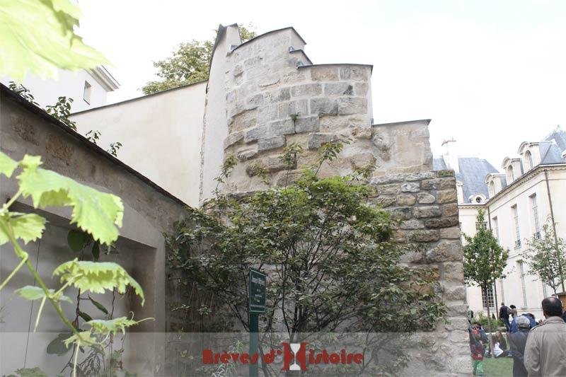 L'arrière de la tour de l'enceinte de Philippe Auguste avec les pierres apparentes visibles dès l'entrée dans le jardin des Rosiers.