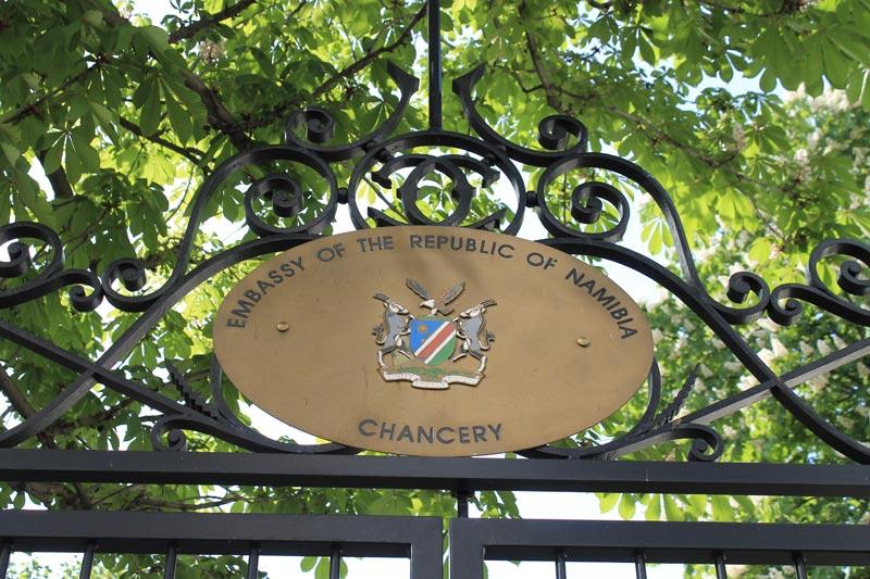 Blason de la Namibie sur la grille d'entrée de l'ambassade.