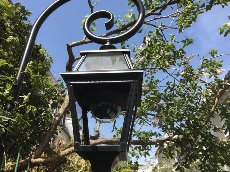 Caméra de surveillance cachée dans une lanterne. Surveillance maximale dans les villas privées.
