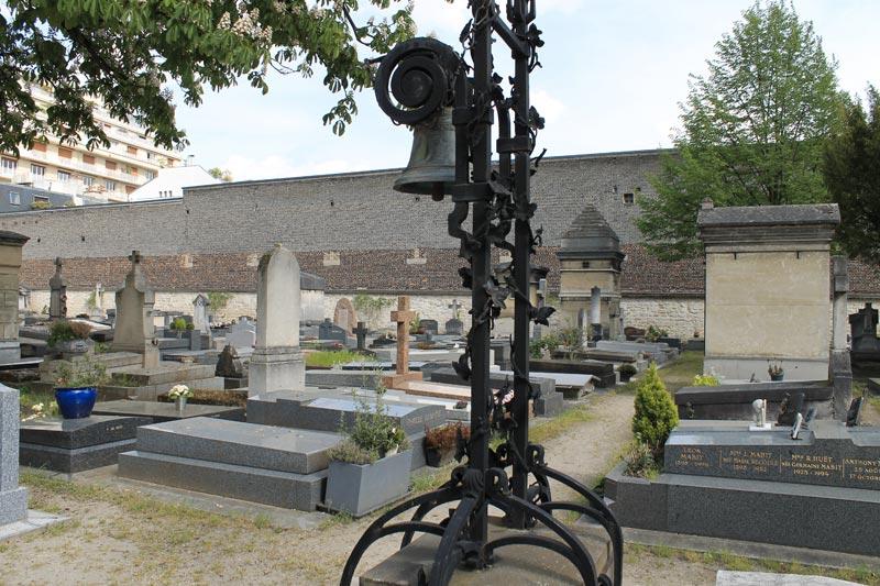 Une cloche au centre du cimetière. Qu'elle était son utilité ?