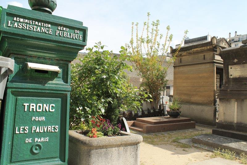 Troncs pour les pauvres de Paris visibles à l'entrée du cimetière servant à financer les hôpitaux de Paris et les services d'aide sociale.