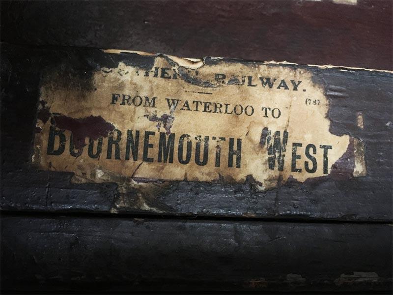 Etiquette représentant un trajet en train de Watterloo à Bournemouth West.