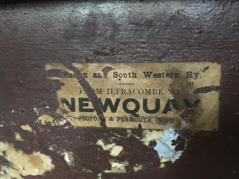 Etiquette représentant un trajet en train de Ifracombe à Newquay.