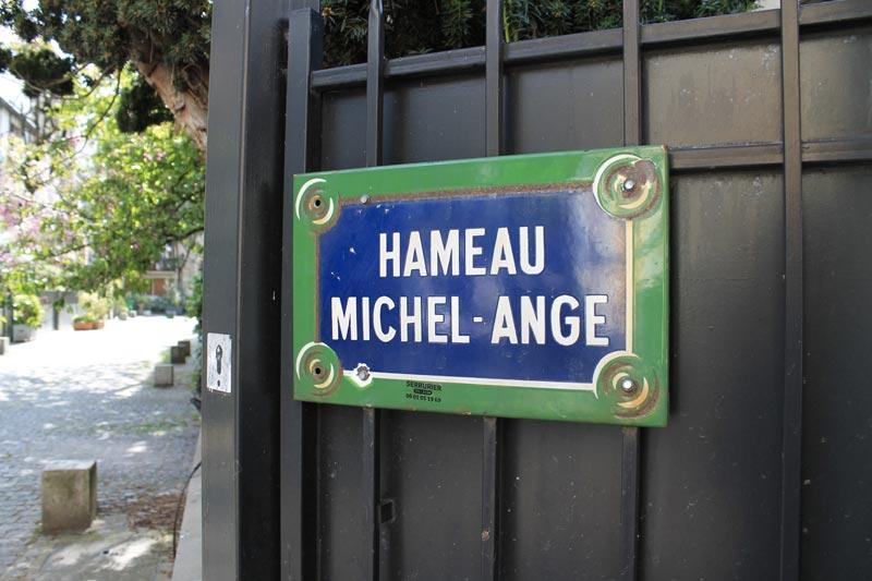 Entrée du Hameau Michel-Ange