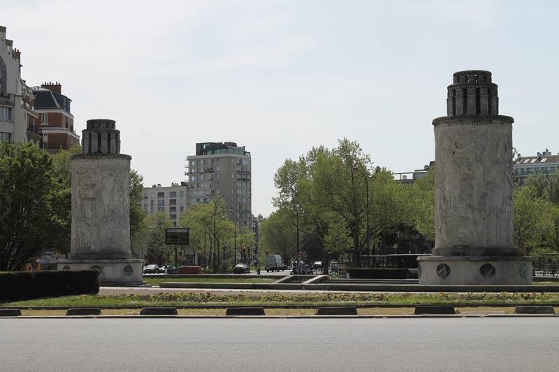 Place de la Porte de Saint-Cloud avec les deux colonnes au loin. Aucun passage pieton pour accéder à la place centrale...