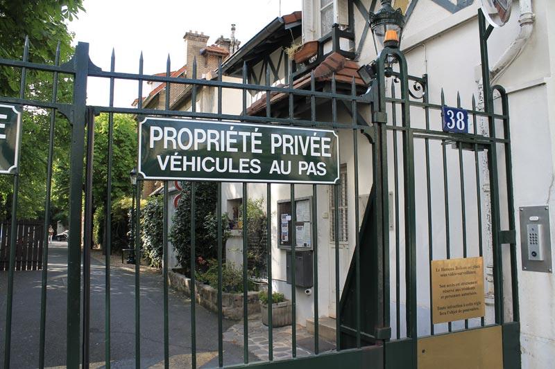 La grille d'entrée du Hameau Boileau par laquelle je suis entrer.