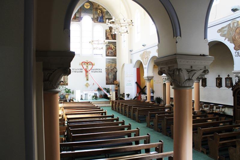 Vue en haut des escaliers de la nef de l'Eglise polonaise.