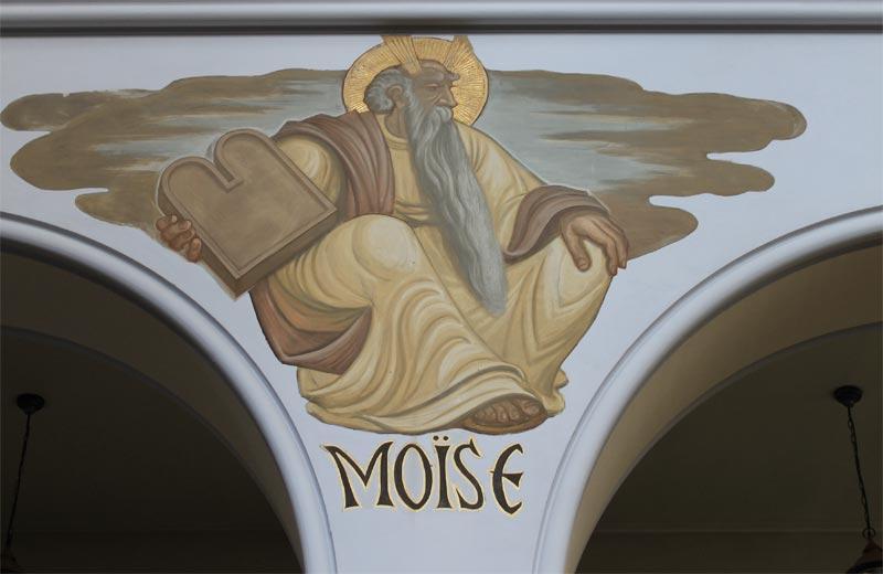 Peinture de Moise sur le haut d'un pilier de la nef de l'église polonaise.