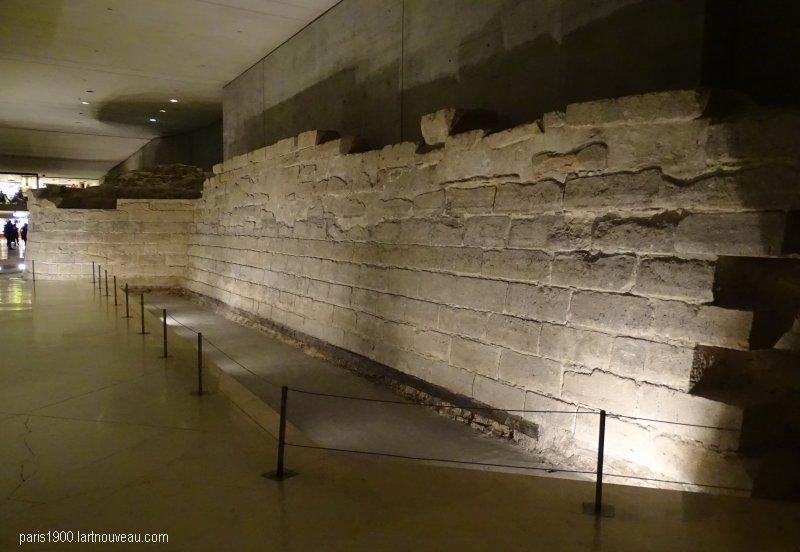 Mur d'escarpe avant l'installation de ces satanées écritures lumineuses. Le vestige est préservé. Copyright paris1900.lartnouveau.com
