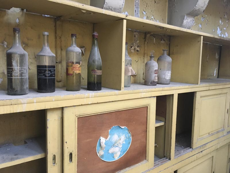 Placard et bouteilles resté en l'état provenant de l'ancienne station météorologique.