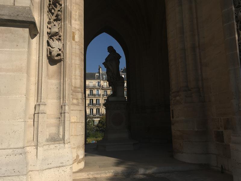 Vue de côté de la statue de Blaise Pascal