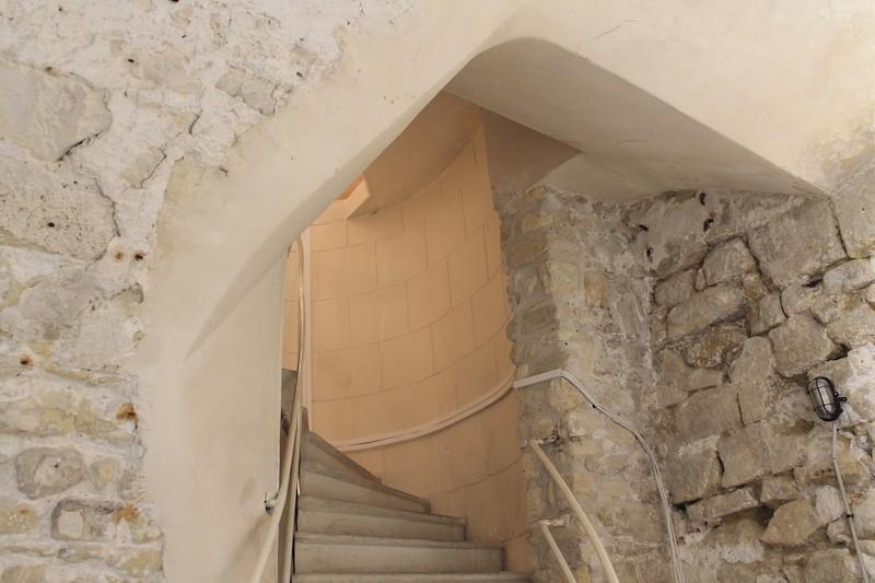 Escalier à vis depuis la première salle d'exposition en sous-sol