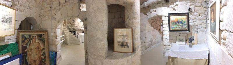 Vue panoramique de la seconde salle avec le puits du 15ème siècle au milieu