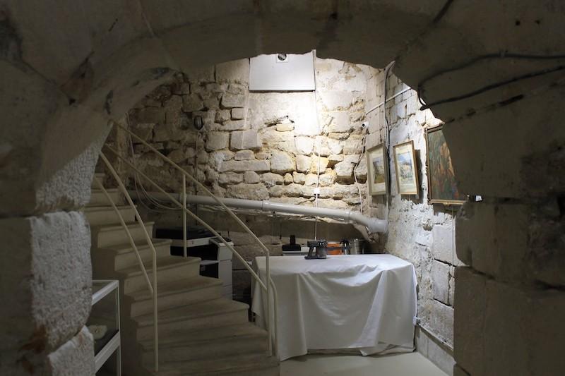 Vue de la première salle avec l'escalier menant au rez-de-chaussée de la galerie d'art.