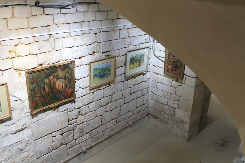 Vue de la première salle en sous-sol depuis l'escalier à vis.