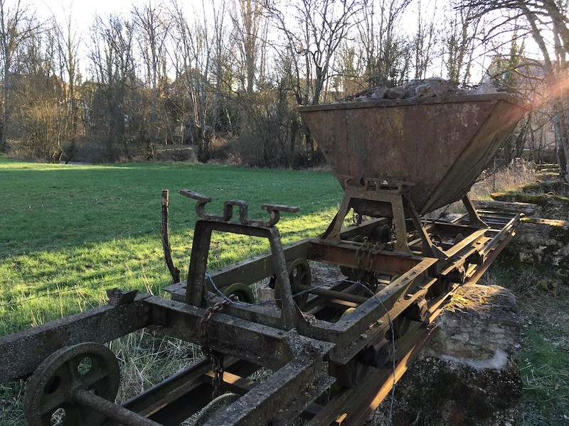 Voie ferrée reconstituée avec un wagonnet fourni par un collectionneur privé habitant à Autun