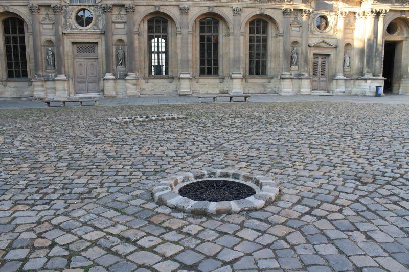 Accès citerne et puits dans la Cour Privée du Louvre