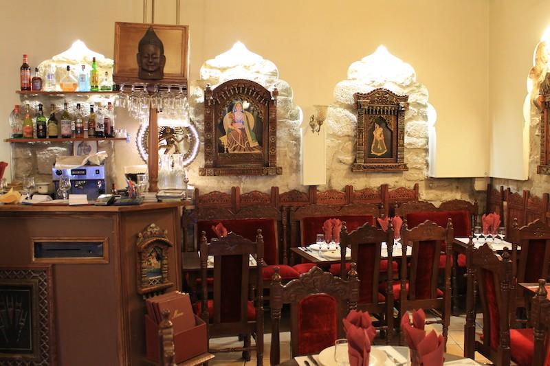 1ere salle du restaurant avec en fond le mur de l'enceinte de Philippe Auguste