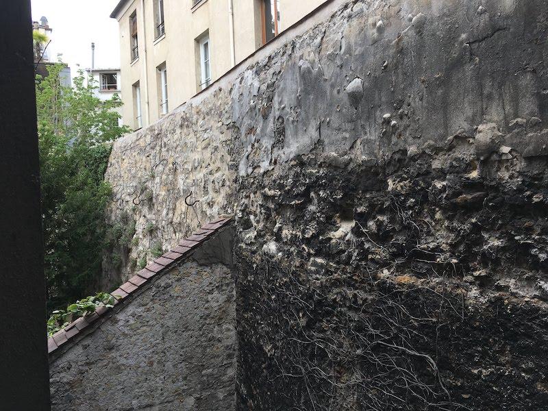 Morceau de mur de l enceinte de Philippe Auguste à l arrière-cour d une immeuble au 68 rue du Cardinal Lemoine